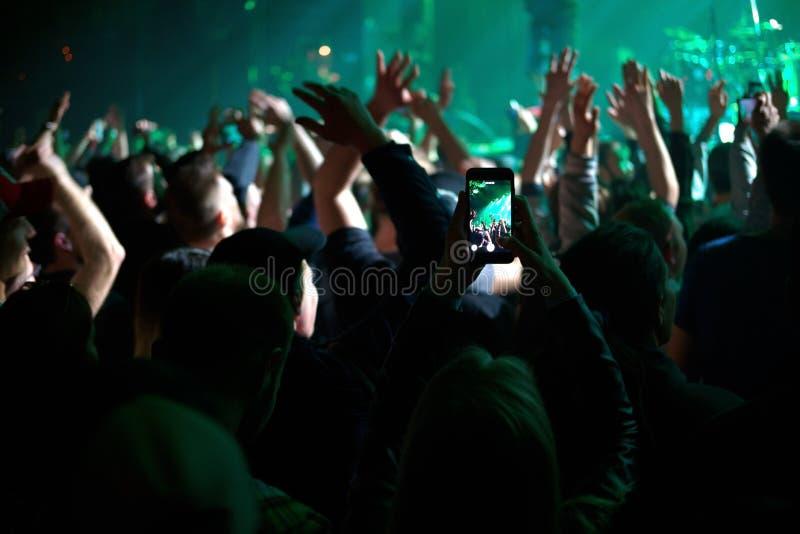 Fans på konserten arkivbilder