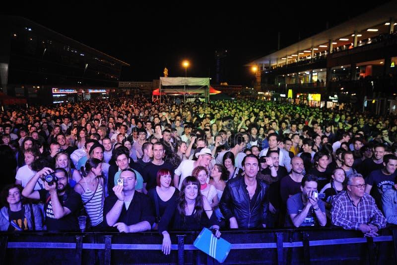 Fans på Maremagnum som väntar på en konsert royaltyfria bilder