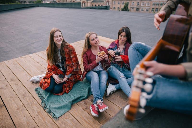 Fans på show för levande musik Vänfritid arkivbilder