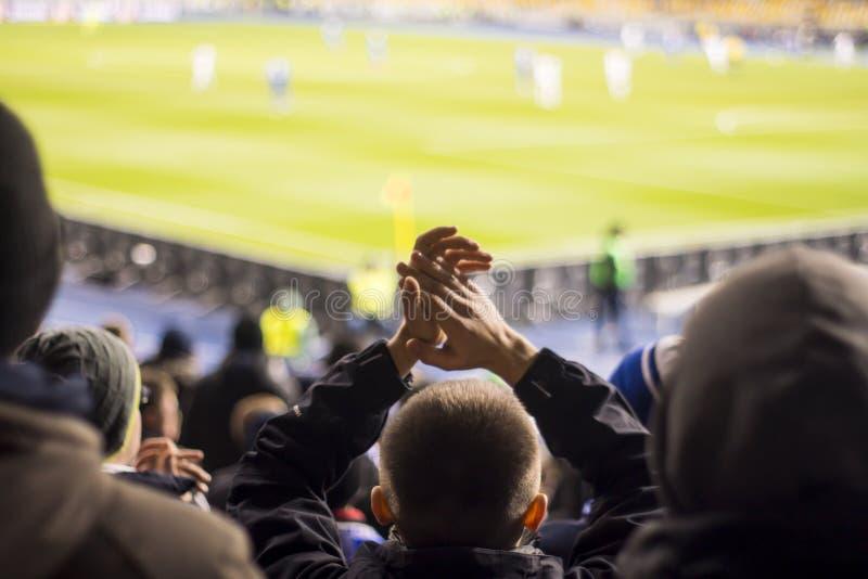 fans que aplauden sus manos en el estadio fotos de archivo libres de regalías