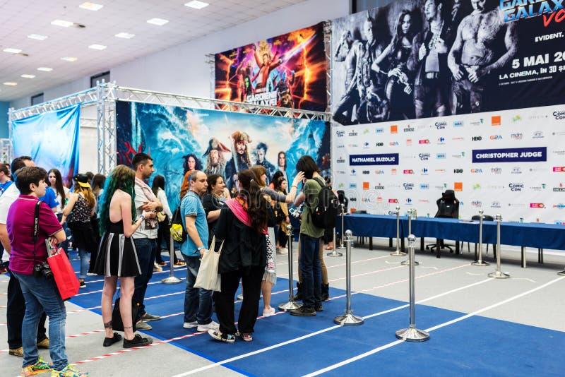Fans que esperan en la cola para autógrafos y fotos con Tom Wlaschiha imagen de archivo
