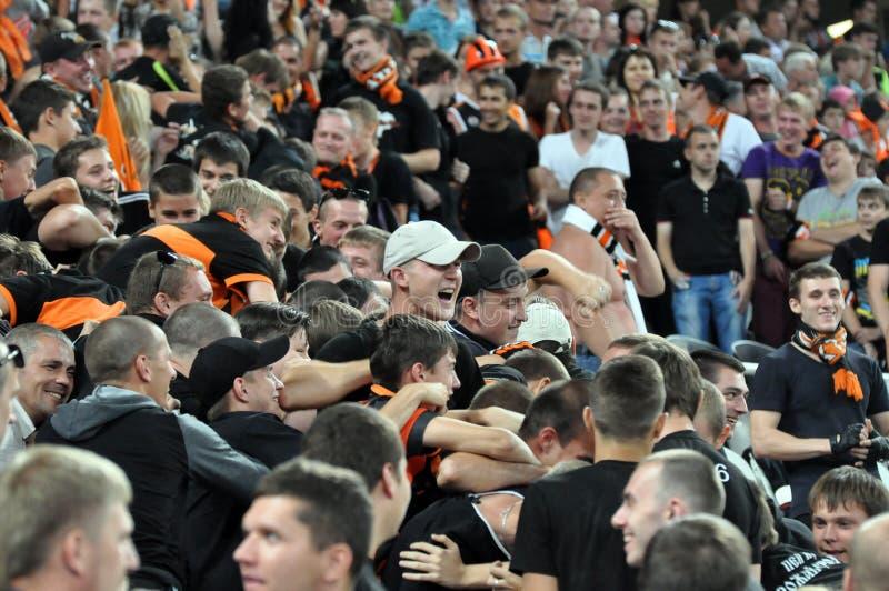Fans que luchan en la tribuna foto de archivo