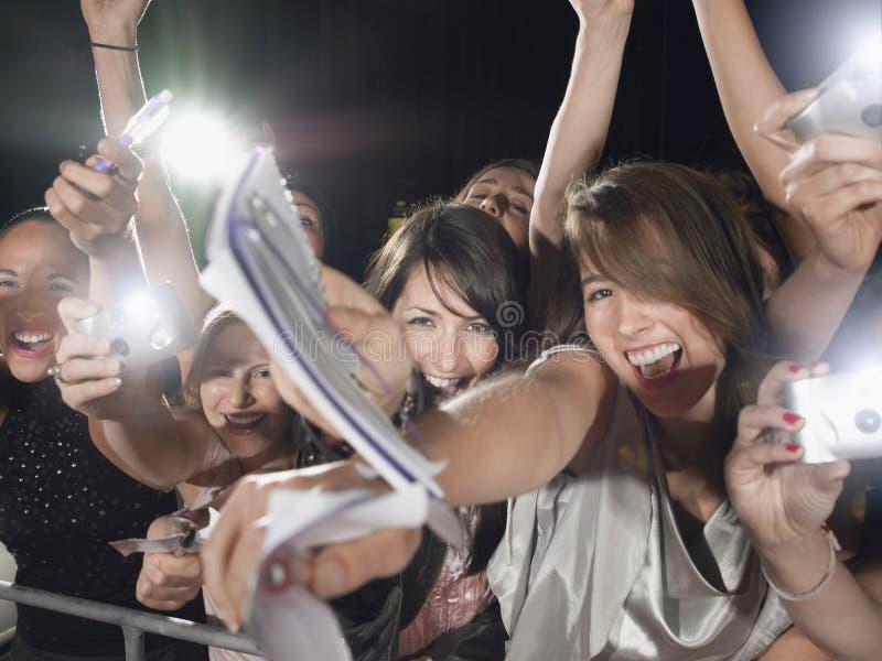 Fans que se inclinan sobre barrera fotografía de archivo libre de regalías