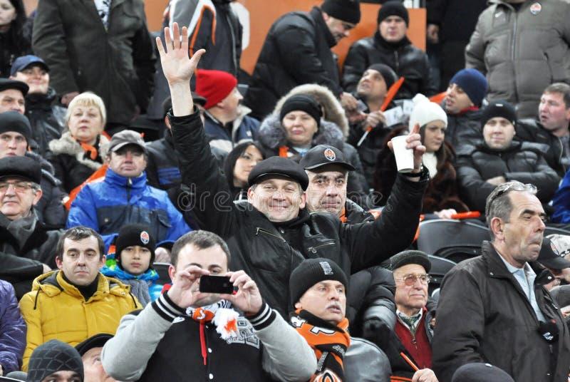 Fans som håller ögonen på matchen för lagShakhtar fotboll fotografering för bildbyråer