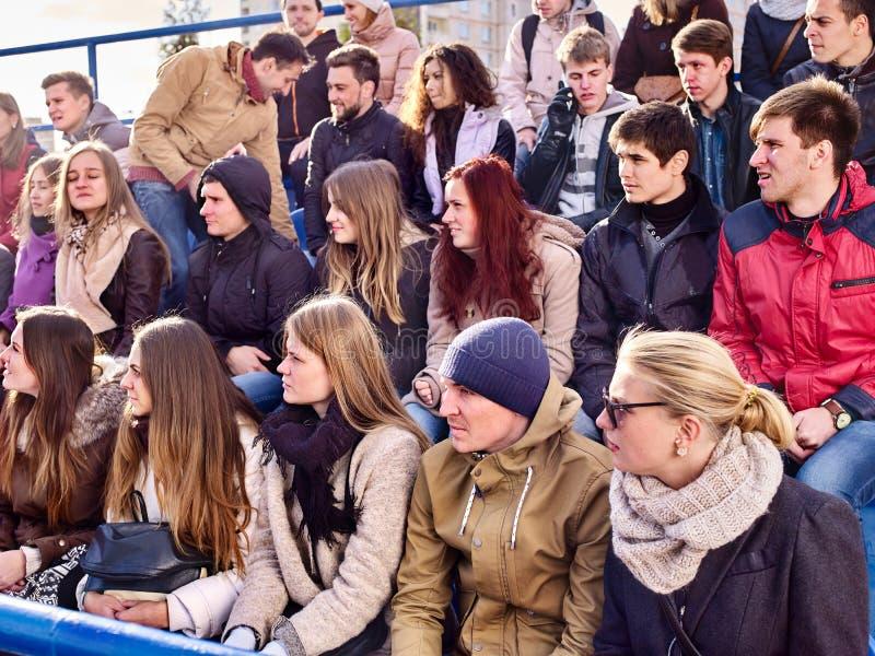 Fans som hurrar i stadion Gruppfolket väntar ditt favorit- lag royaltyfria bilder