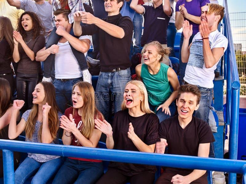 Fans som hurrar i stadion Gruppfolket väntar ditt favorit- lag royaltyfri foto
