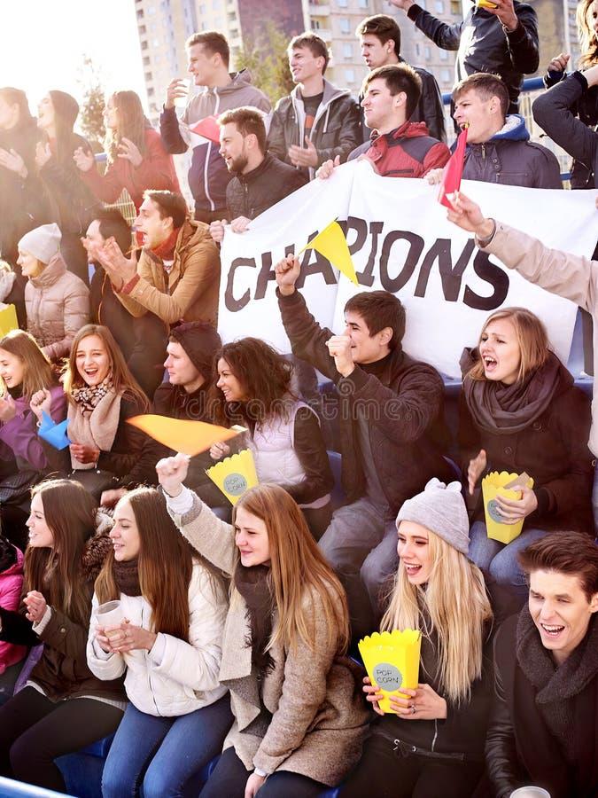 Fans som hurrar i stadion och äter popcorn royaltyfri fotografi