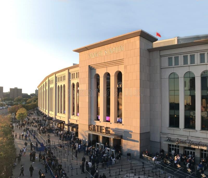 Fans warten auf Linie am Tor, um Yankeespiel im Bronx, NY zu sehen lizenzfreies stockbild