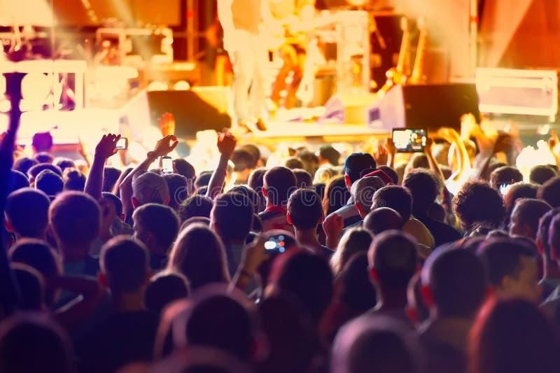 Fans y músicos de la roca durante el funcionamiento imagen de archivo libre de regalías