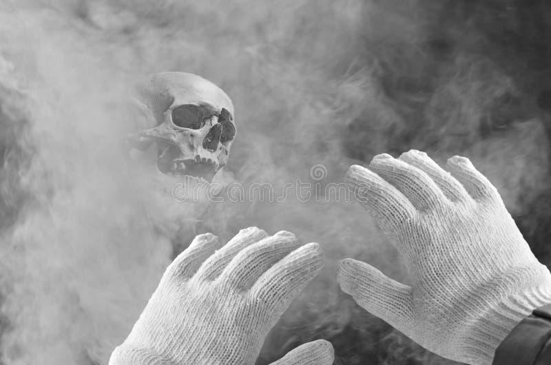Fantôme effrayant de hantise avec la protection de main photos stock