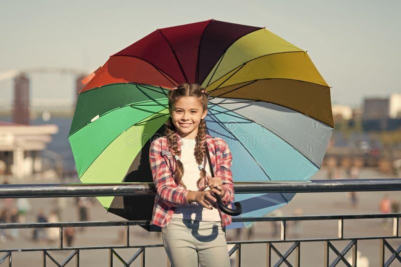 Fant efervescente positivo e brilhante Posi??o bonito da crian?a da menina com guarda-chuva colorido Crian?a sob o guarda-chuva A fotos de stock