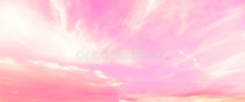 Fantacy桃红色天空和云彩背景在夏天 库存图片