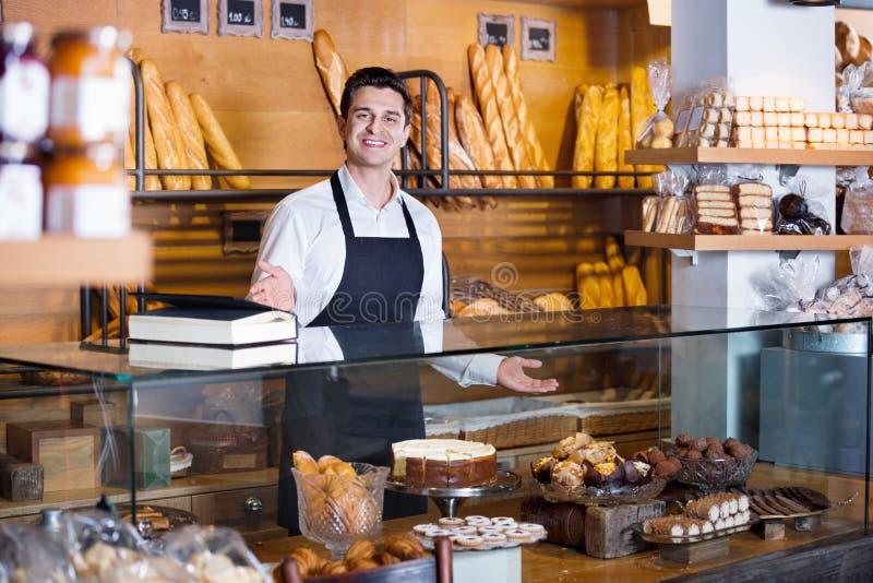 Fantaisie de offre et gâteaux de Savoie de personnel de café image libre de droits