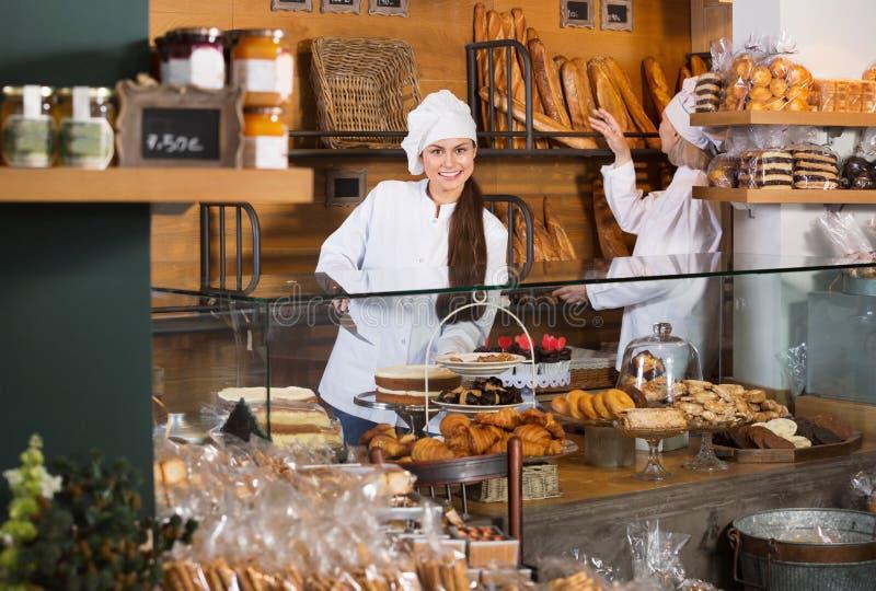 Fantaisie de offre et gâteaux de Savoie de personnel de café images stock