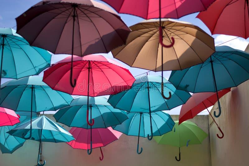 fantasía de paraguas multicolores como el arco iris fotos de archivo libres de regalías