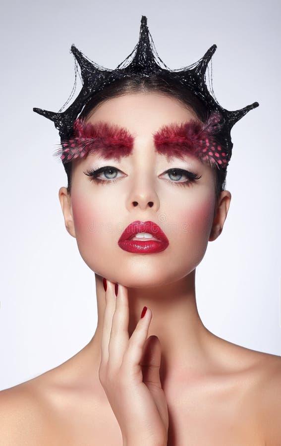 fantasía Mujer artística diseñada con la pluma y el peinado fantástico fotografía de archivo