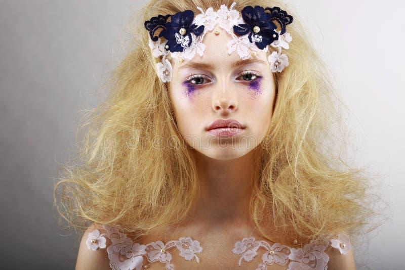 Fantasía. Retrato de rubio brillante con maquillaje inusual. Creatividad fotografía de archivo libre de regalías