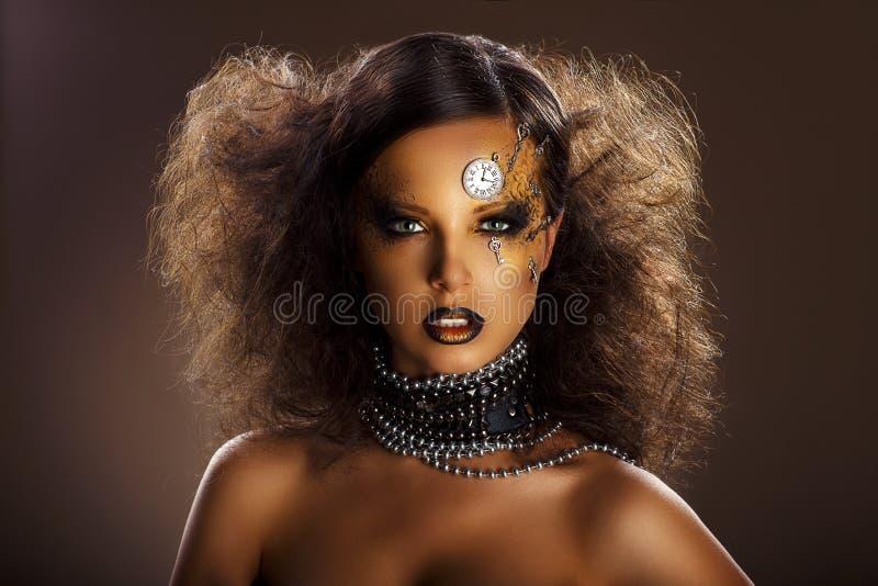 Fantasi. Bronsframsida av den härliga kvinnan med silverklockan och tangenter. Konst royaltyfri foto
