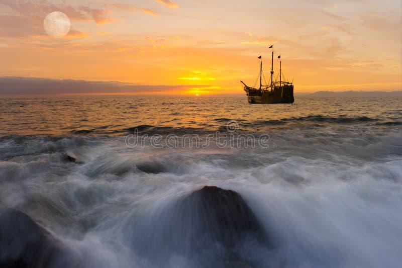 Fantasi för havsolnedgångskepp royaltyfri bild