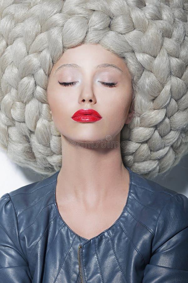 Fantasi. Kreativitet. Stående av den moderiktiga kvinnan i futuristisk överdådig enorm peruk med flätade trådar royaltyfri foto
