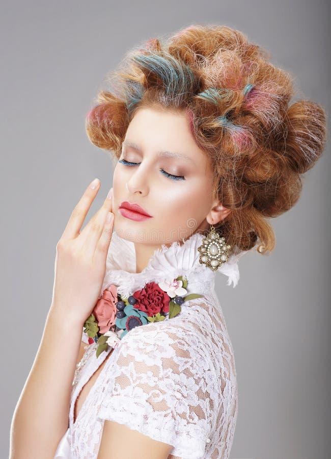 fantasi Kvinna med idérik makeup och färgade hår arkivfoton