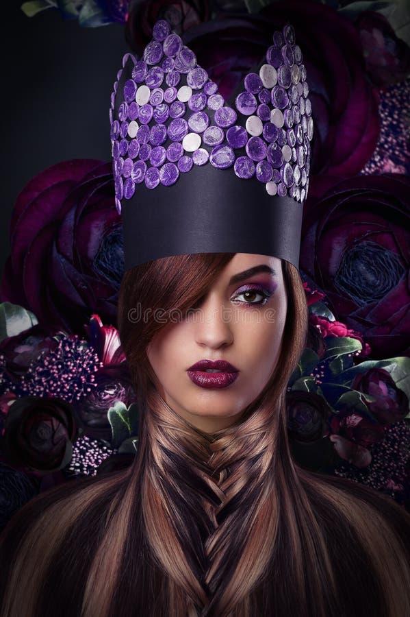 fantasi Utformad kvinna i fantastisk Headwear royaltyfria foton