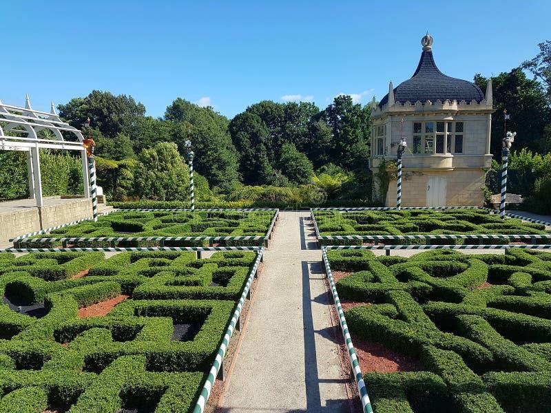Fantasi-utformade Tudor Garden i Hamilton Gardens i Nya Zeeland royaltyfria foton