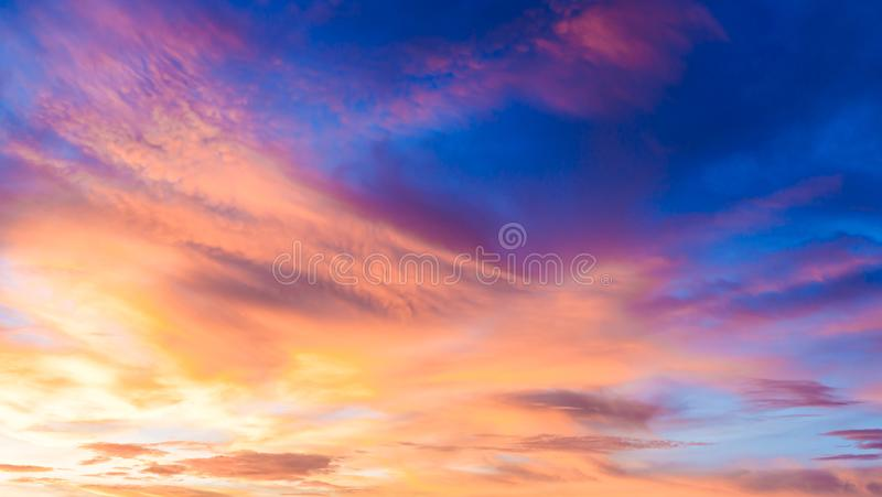 Fantasia abstrata nuvens suaves coloridas fundo, nevoeiro dourado com destaque solar no céu azul e nuvem multicolorido antes do p imagens de stock royalty free