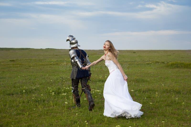 Fantasia em um tema/noiva e em um cavaleiro do casamento imagens de stock