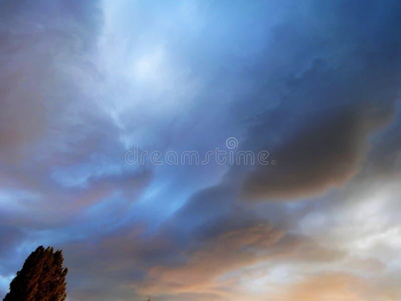A fantasia gosta do céu com nuvens do por do sol fotografia de stock royalty free