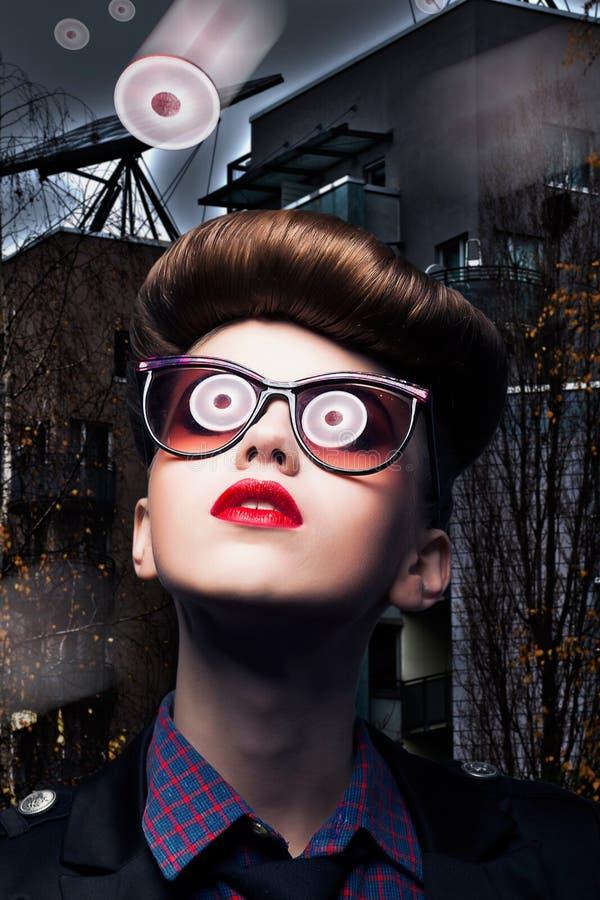 Fantasia - il UFO riflette in occhiali da sole della donna immagine stock