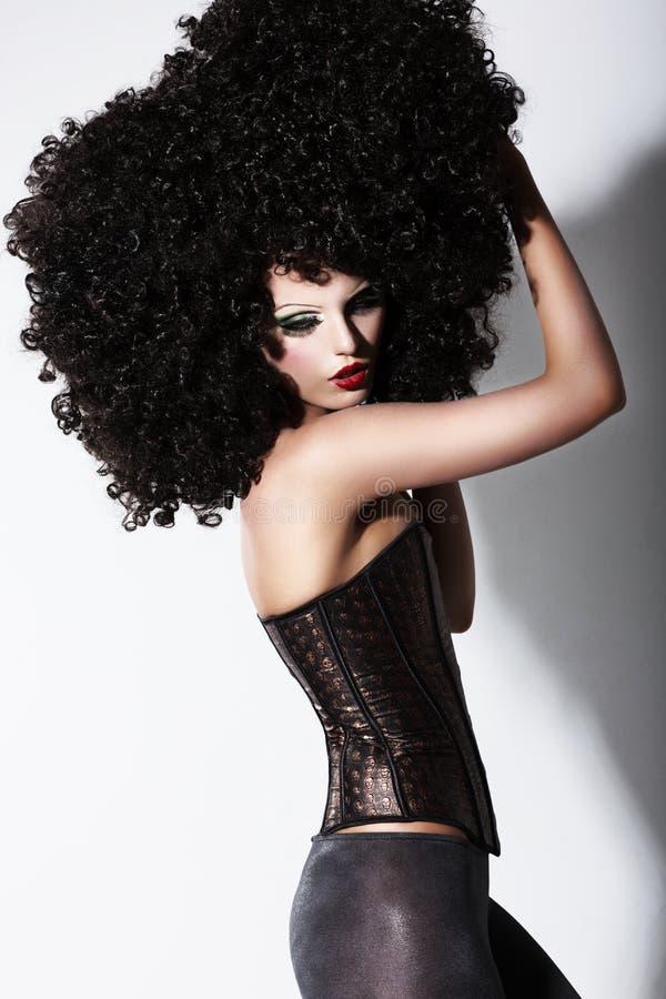 Fantasia. Modelo de forma de Art. Futurista na peruca encaracolado do africano negro imagens de stock