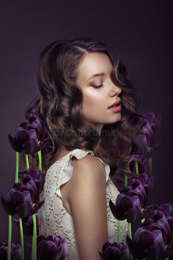 fantasia Ritratto della giovane donna con Violet Tulips fotografia stock libera da diritti