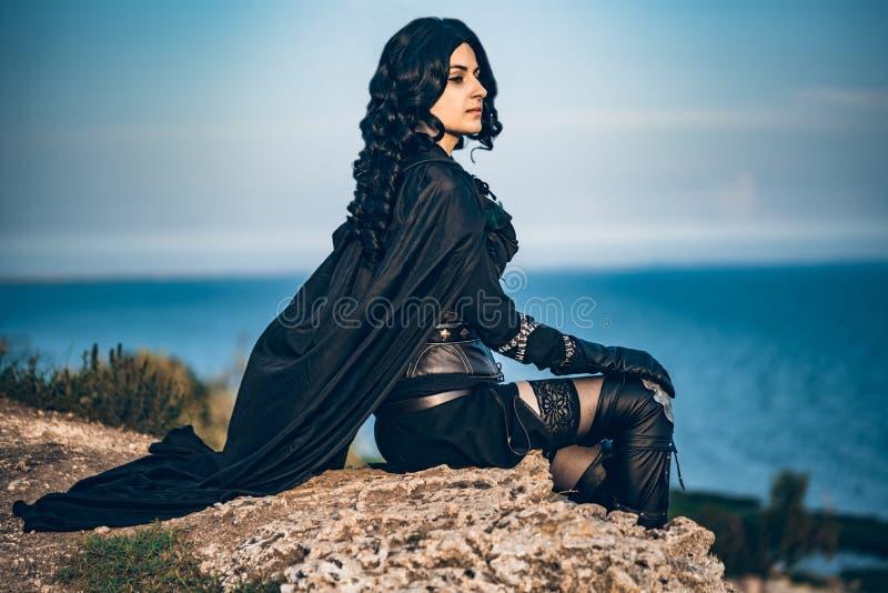 Fantasie cosplay schönes Witcher-Mädchen auf Klippe stockfotos