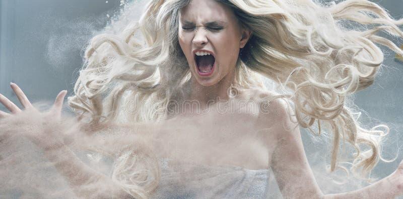 Fantasie expressief portret van een blondeschoonheid stock afbeelding
