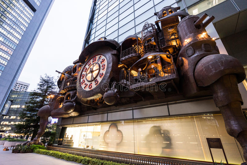 Fantasie grote die Klok door Hayao Miyazaki van Studio Ghibli in het Shiodome-District wordt ontworpen, Japan stock foto's