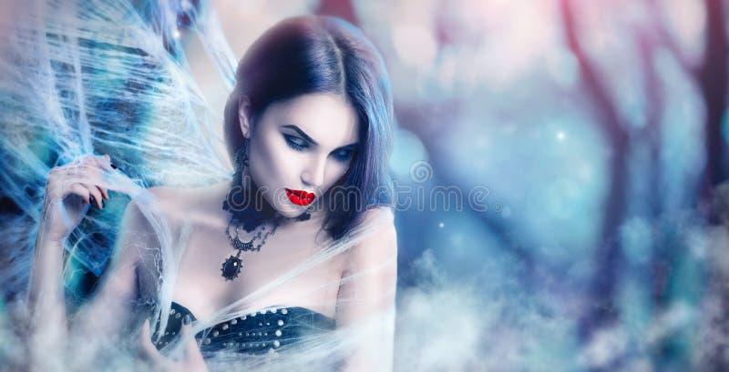 Fantasie-Halloween-Frauenporträt Sexy Vampirsaufstellung der Schönheit stockfotografie