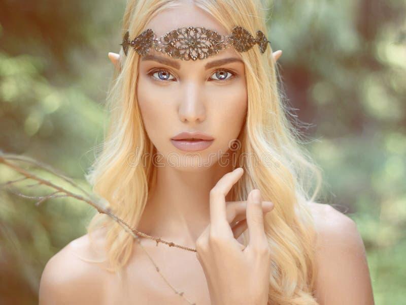 Fantasie jonge vrouw in hout stock afbeelding