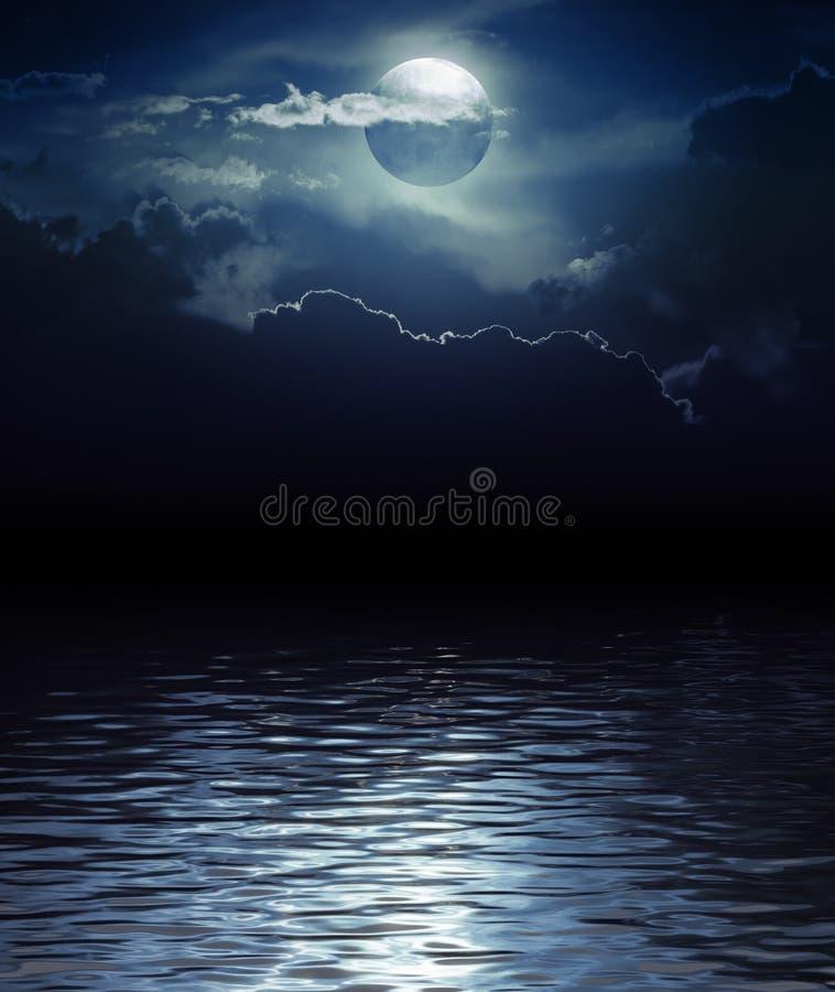 Fantasie-Mond und Wolken über Wasser stock abbildung