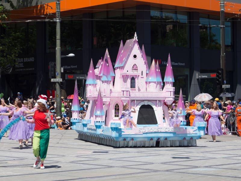Fantasie schwimmt 'Stardust-Schloss 'durchführen in der Credit Unions-Weihnachtsfestzugparade 2018 lizenzfreies stockbild