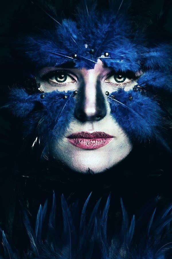 Fantasie-Stadiums-Make-up Frau mit Kunstverfassung Blauer Vogel stockbilder