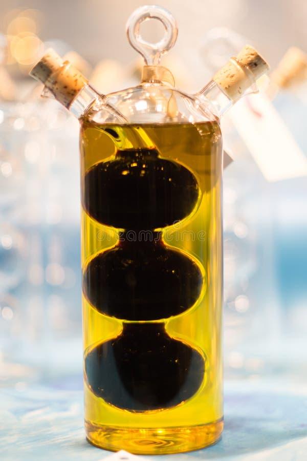 Fantasie und K?kenflasche mit Oliven?l lizenzfreie stockbilder
