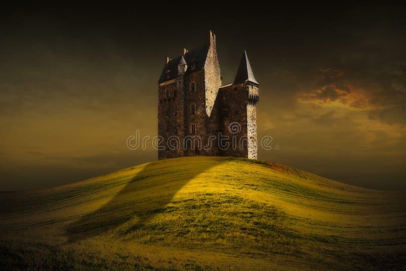 Fantasiekasteel achter de groene grasheuvel stock afbeeldingen
