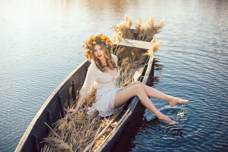 Fantasiekunstfoto einer schönen Dame im Boot lizenzfreie stockbilder