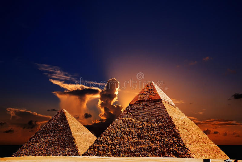Fantasieszene der Giza-Pyramiden lizenzfreies stockfoto