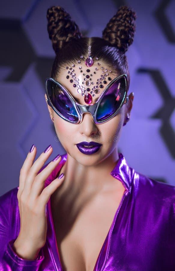 Fantasieveilchenkostüm der jungen Frau lizenzfreie stockfotos
