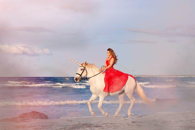 Fantasifiktionkvinna på enhörning royaltyfria foton