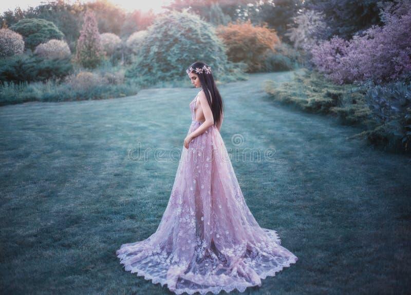Fantasiflicka i en felik trädgård royaltyfri fotografi