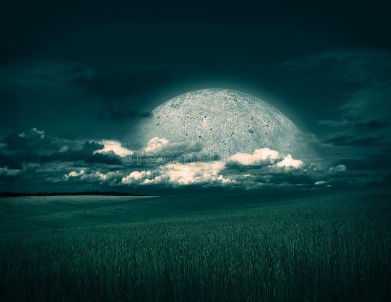Fantasilandskap med fältet, månen och moln fotografering för bildbyråer