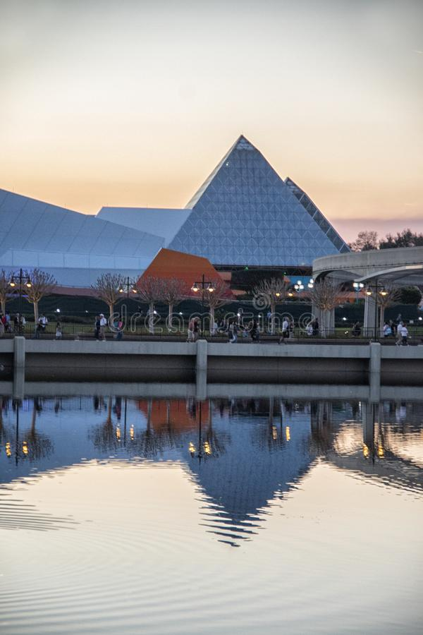 Fantasipyramidbyggnad på den Epcot mitten Florida arkivfoton